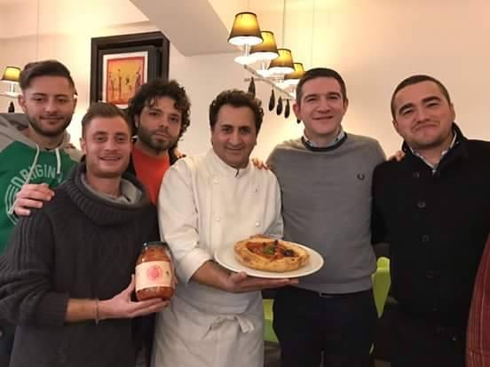 Aniello Falanga e la pizza Radio Siani con il Pizzino Vesuviano