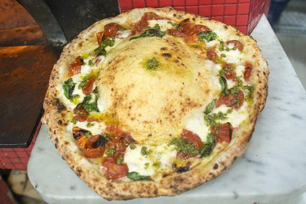 Il maestro pizzaiolo Salvatore Vesi per la sede di via San Biagio dei Librai.